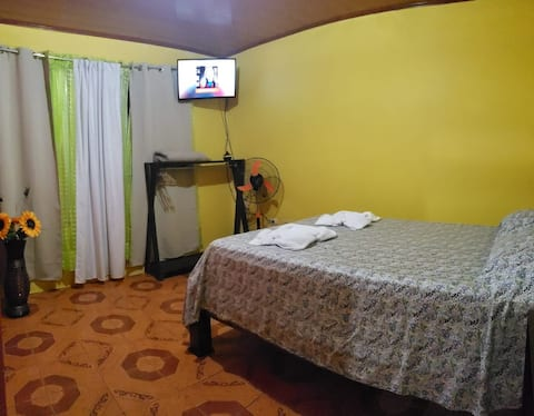 Alojamientos N&S-Queen Bed/Parking lot-Wifi/Fan/TV
