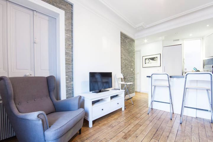 Charming 2 Bedrooms !! Louvre!!!