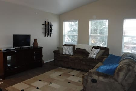 3 Bedroom House Close to Everything - Thornton - House