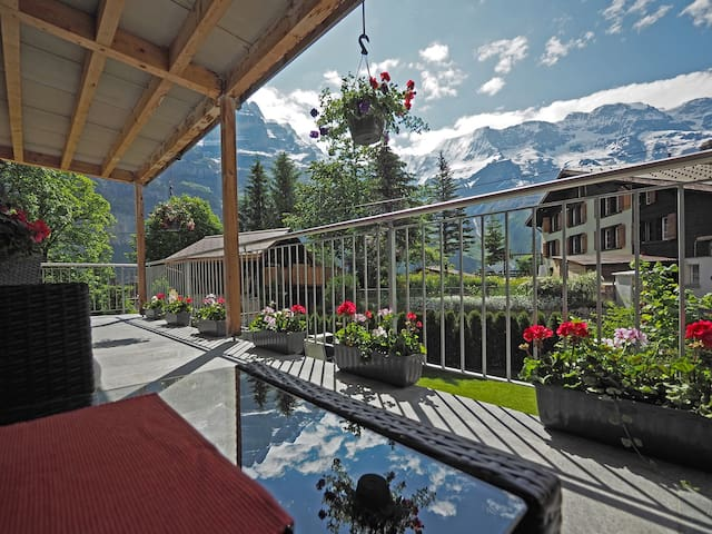Holiday apartment with terrace in Gimmelwald