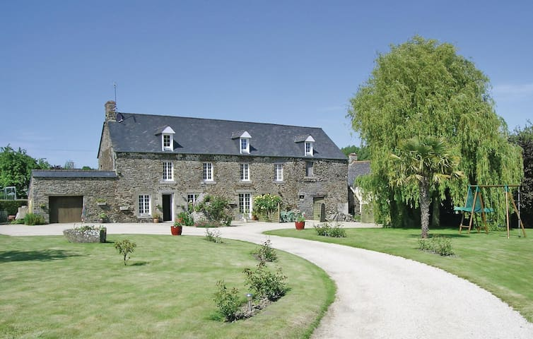 Holiday apartment with 2 bedrooms on 65 m² in Roz-Landrieux