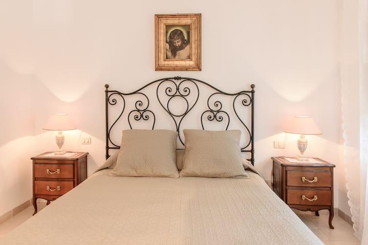 camera letto matrimoniale piano superiore