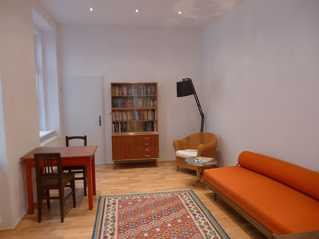 IDEALLY LOCATED,QUIET,COSY CITY FLAT-read reviews!