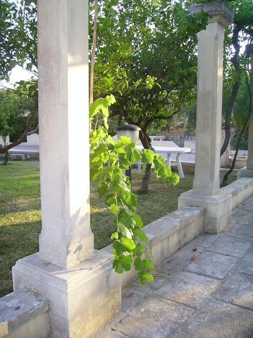 colonne in pietra del pergolato