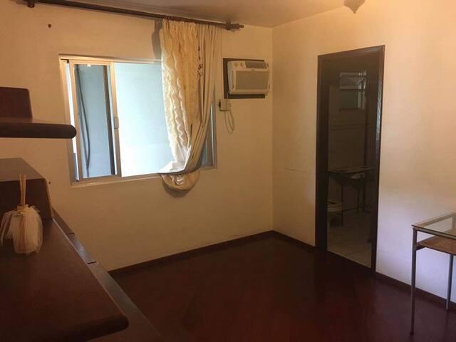 Aluga-se quartos solteiros em frente WEG 2