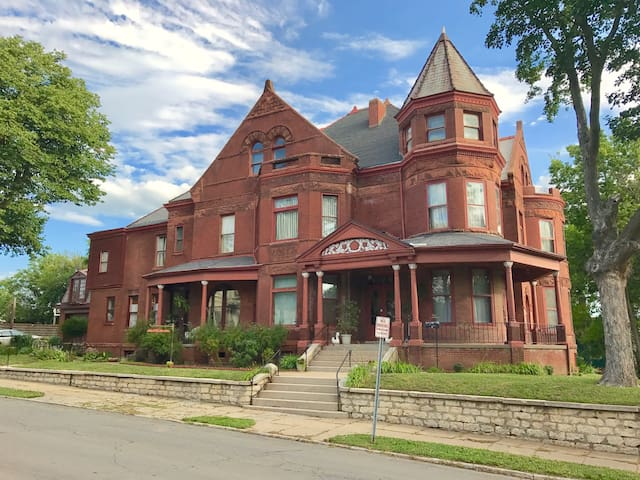 Vineyard Mansion - Crown Room