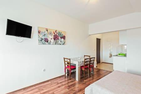 Placentero apartamento cerca del mar en Posedarje