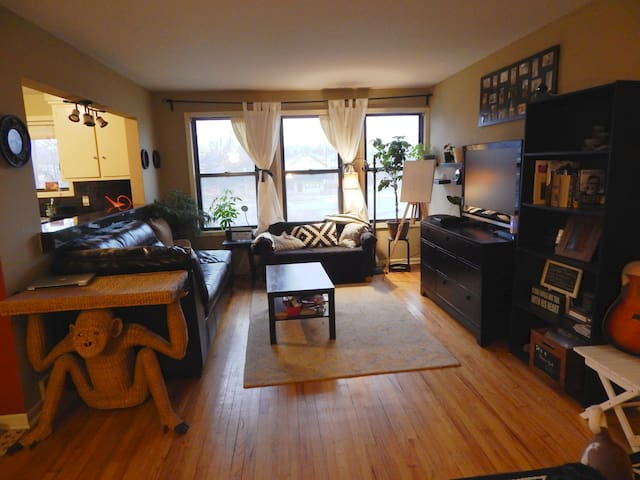 Charming, Artsy 2 Bedroom Apartment - Royal Oak