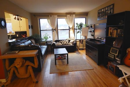 Charming, Artsy 2 Bedroom Apartment - Royal Oak - Apartment