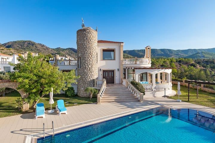 3 bed Villa with secluded pool and panoramic views