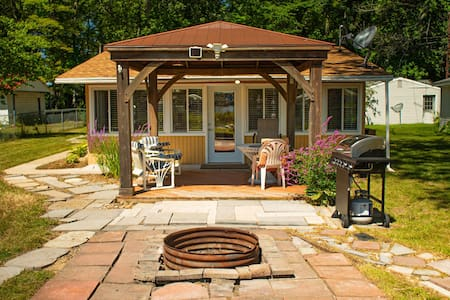 Gun lake cottage - AC, Grill, Fire pit, dock, more