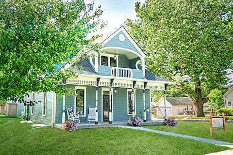 Victorian Cottage steps from historic downtown