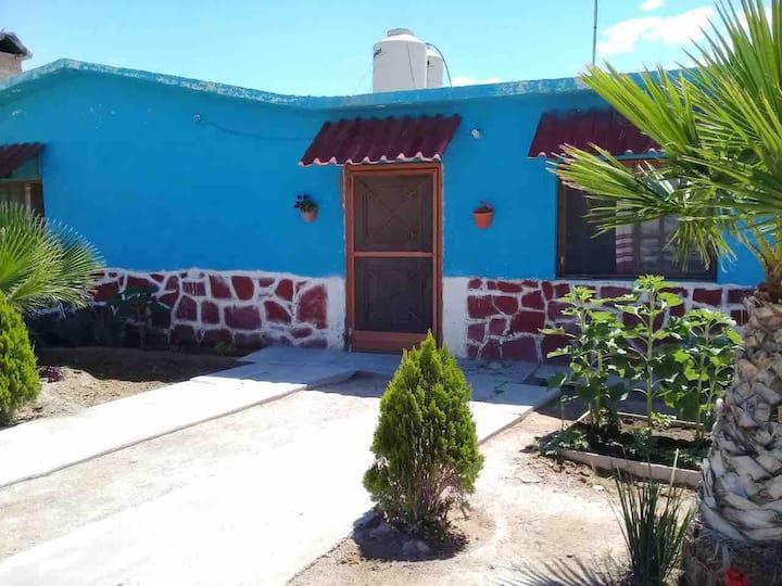 cabaña  azul con chimenea cerca de  real de 14