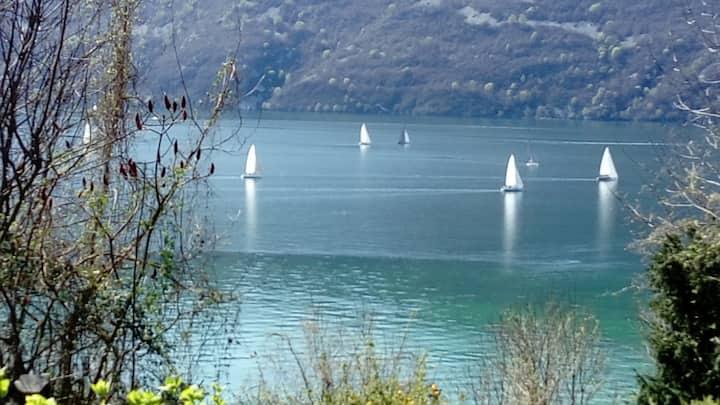 Face au lac et côté montagne