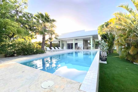 Modern tropical villa, close to the beach!