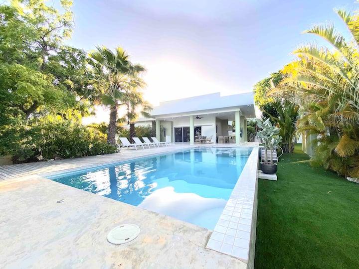 Modern tropical villa close to Jan Thiel Beach!