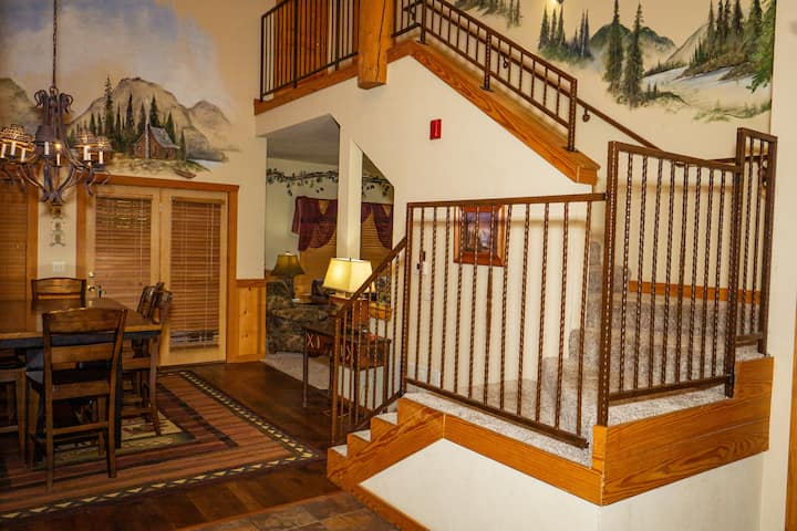 2 Bed, 2 Bath Cabin with Screened-in Balcony