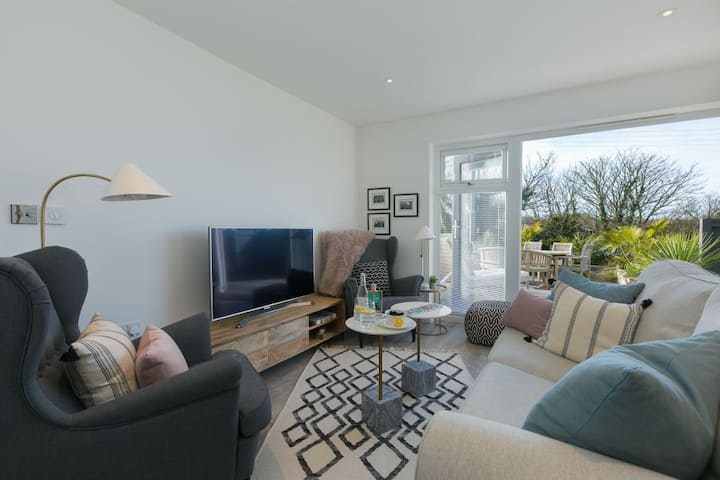 Margot's Retreat, Rural St Ives - Sleeps Six - Country Views - On Site Parking for Two Cars