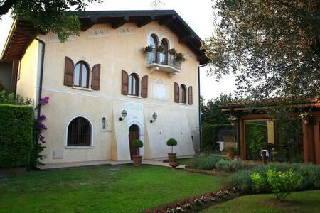 VILLA E DEPANDANCE (15 minuti Salò) - Prevalle - บ้าน