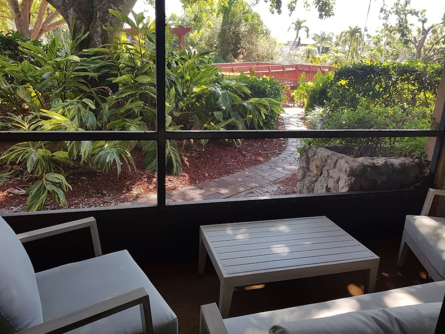 shady rest in a tropical setting on your screened lanai