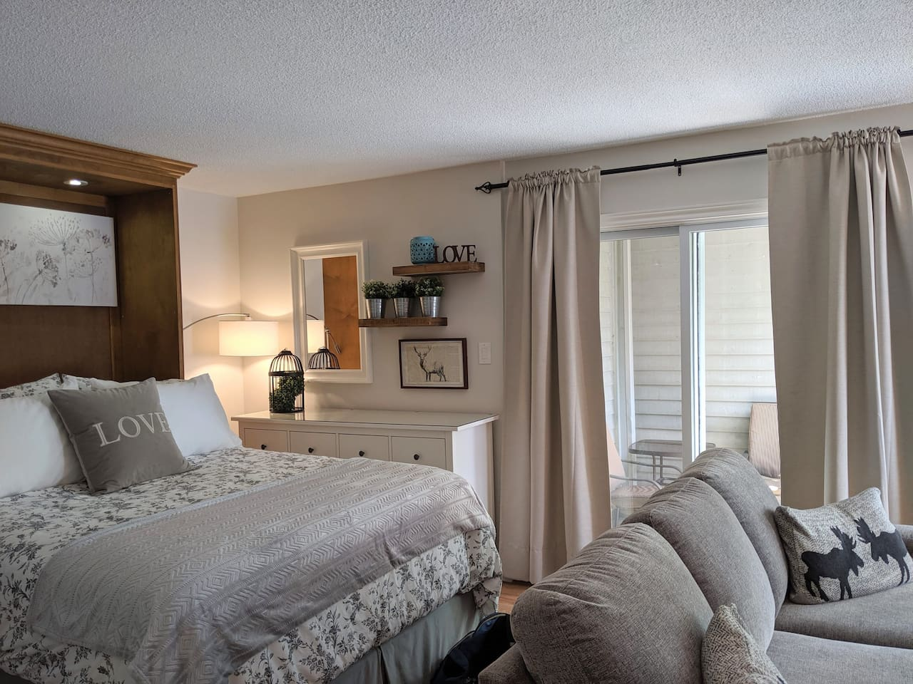 Blue Mountain studio condo with community salt water pool, hot tub, tennis courts, hiking trails, ski -in/out access,  free village shuttle, fireplace, full kitchen, deep jetted tub and more!  Just updated (July 2019) to create your perfect getaway!