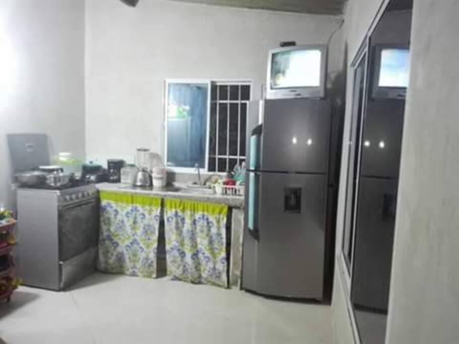 Cocina, amplia y dotada de variedad de utensilios y electrodomésticos.