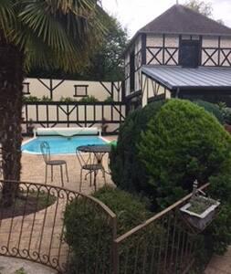 Chambres aménagées accès indépendant, piscine