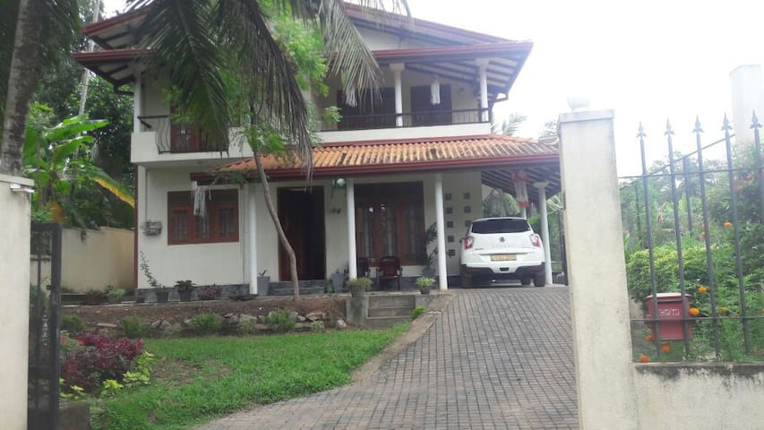 Quiet spacious house in Homagama for group/family
