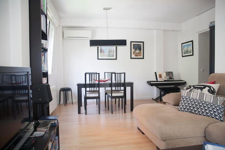 Bonito piso en Batán, frente a la casa de campo.