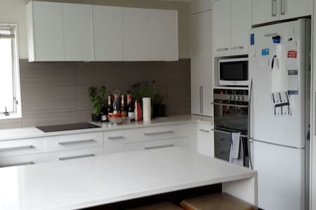 Lovely sunny comfortable room close to bus & train - Auckland