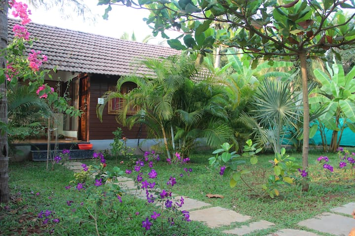 Wooden cottage 50 meter from Beach