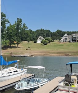 Lakefront Cottage w/ great view and use of dock