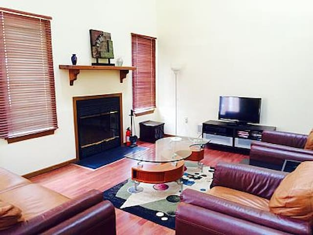 Spacious 1 bedroom Across from Lake &Next to Pools