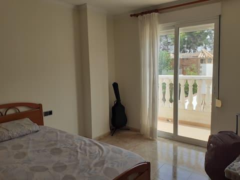 Habitación en casa aislada de 2 plantas en zona tranquila