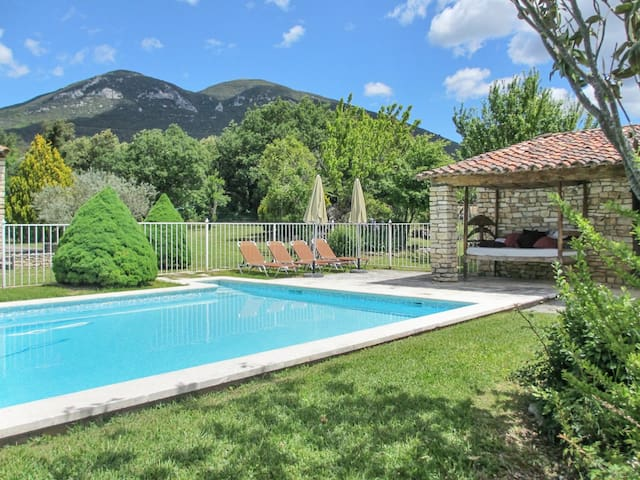 Rustic house with a swimming pool - Rustrel