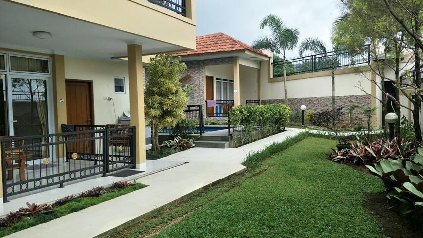 Villa Tiga kosong