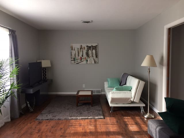 Sunny, charming, mid-century/modern apartment - Lawrence - Appartement