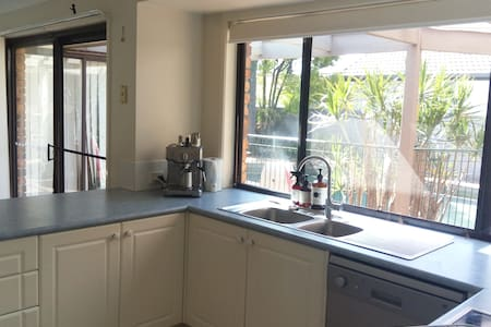 Central Gold Coast 4BR family home with pool - Clear Island Waters