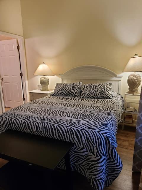 ¡Nueva, súper limpia, suite principal 100% privada!