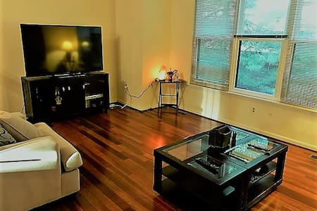 Bright Private Room in the heart of Bethesda - 贝塞斯达 - 连栋住宅
