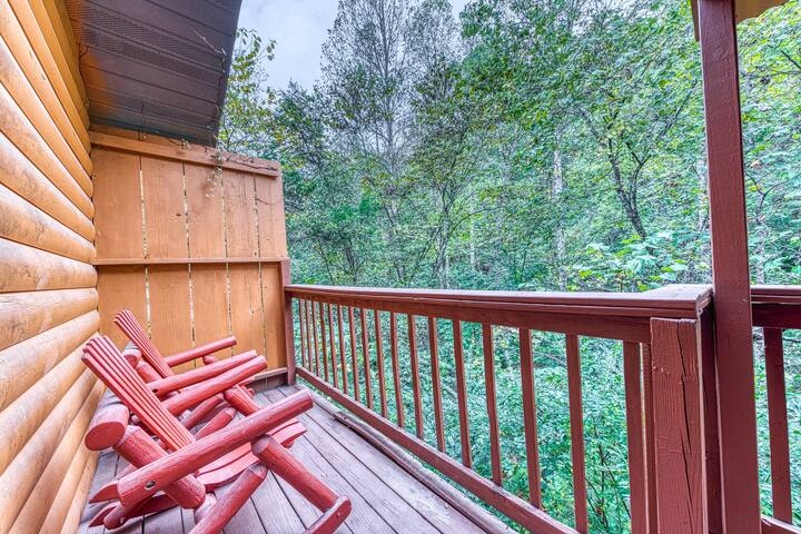 Dog-friendly hideaway in sleepy neighborhood w/private hot tub!