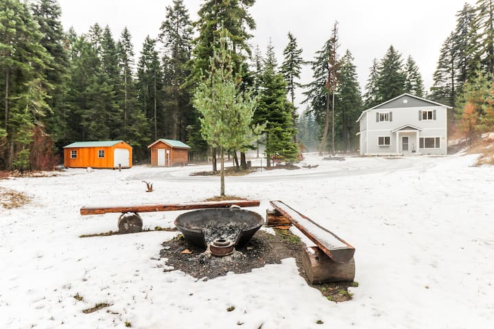 Hot tub, exploration, stunning views & family-friendly features welcome you!