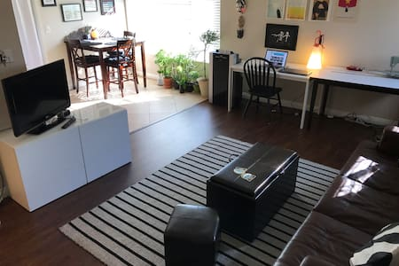 Eclectic & airy one bedroom - 코스타 메사(Costa Mesa)