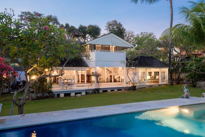 3BR Huge Villa next to Beach in Seminayak