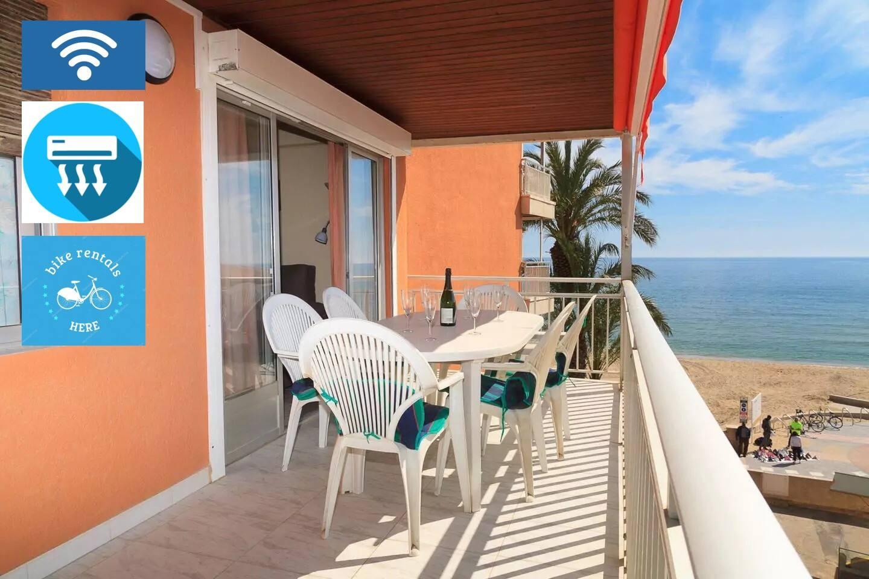 Amplia Terraza con Vistas Panorámicas al Mediterráneo