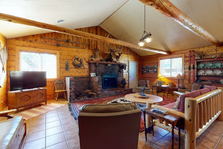 Charming vintage style cabin with WiFi, cable, full kitchen & Ping-Pong table!