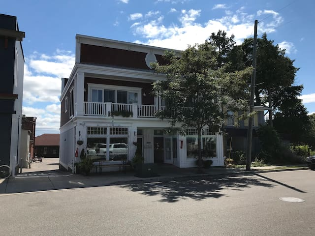 Charming condo downtown Harbor Springs