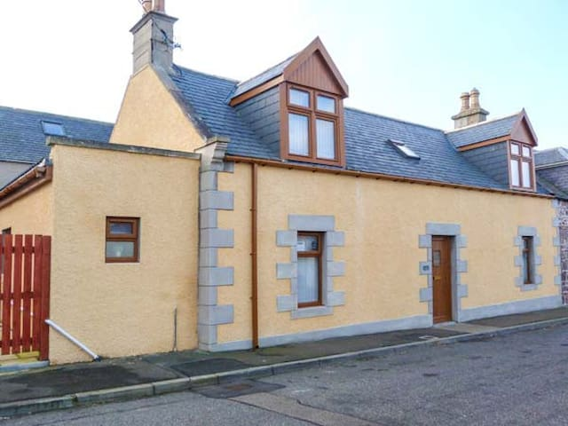 FAILTE, family friendly, with hot tub in Portknockie, Ref 921533