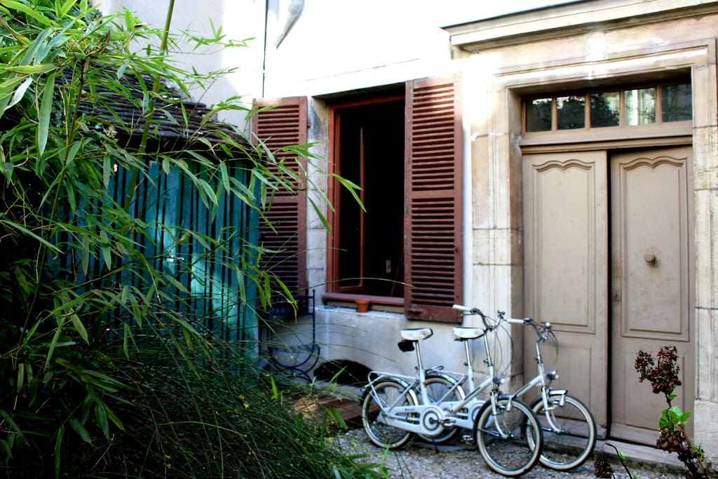 L gant studio avec patio et v los appartements louer for Appartement avec patio