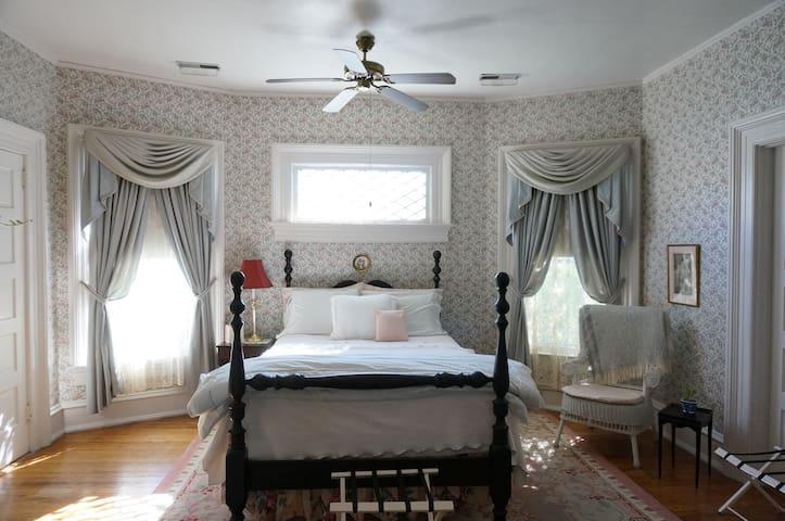 Peace Room---Queen bed